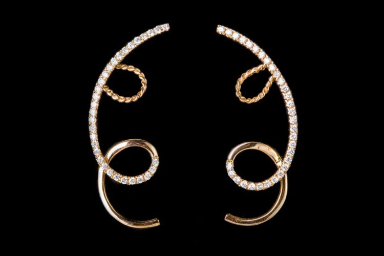 Curl along the ears with diamonds line earrings